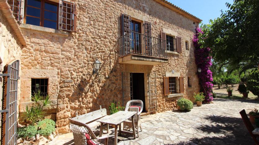 Finca con fachada de piedra y piscina Algaida Mallorca