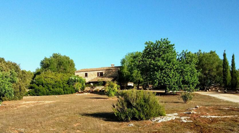 Algaida Mallorca finca fachada de piedra con casa de visita y piscina
